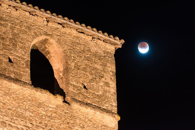 Eglise de Gigor sur fond d'eclipse de lune