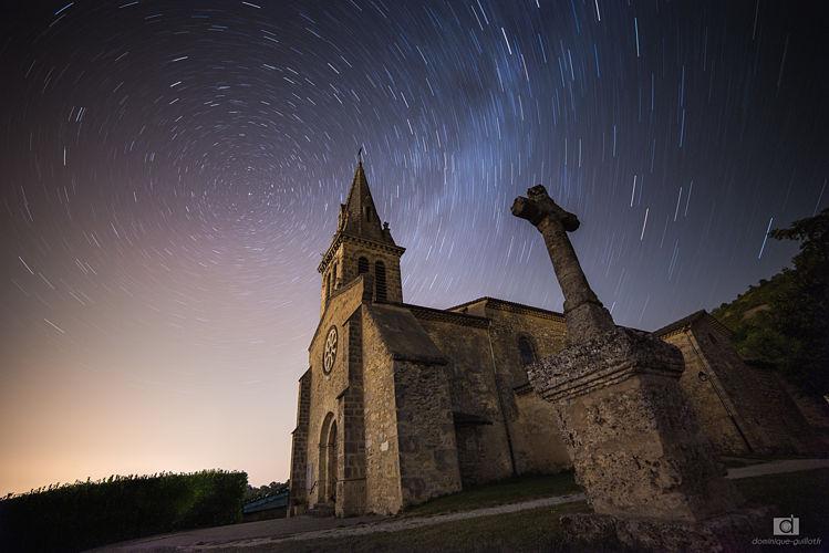 Eglise de châteaudouble sous un ciel étoilé