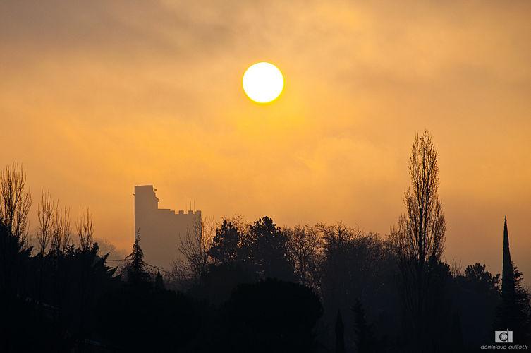 la Tour de Crest dans la brume matinale