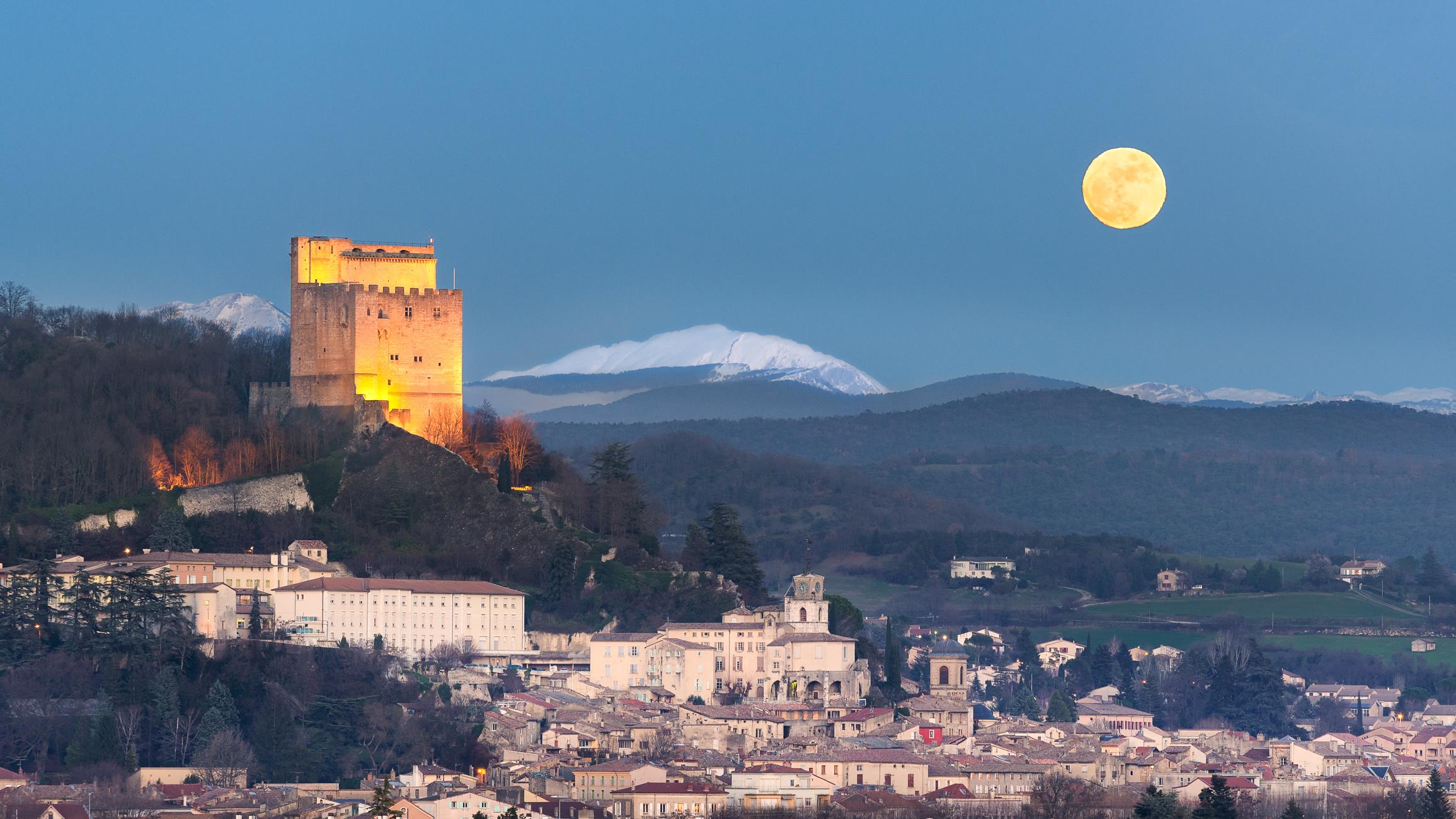 La tour de Crest un soir de pleine lune